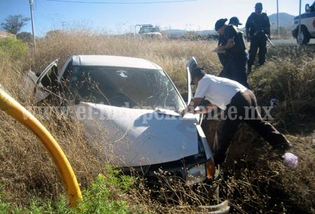 SANTIAGO Chofer lesionado al volcar su camioneta (1)