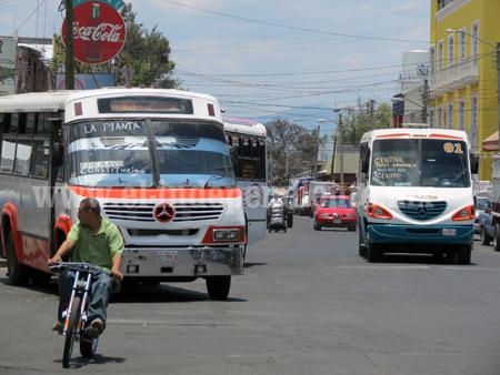 Transportistas aseguran no hay distracciones al permitir trabajar a vendedores