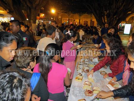 Todo listo para preparar la monumental Rosca de Reyes