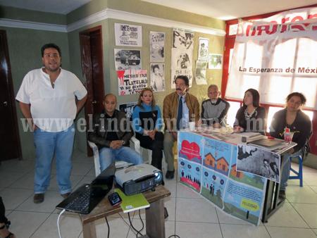 Simpatizantes de Morena exhiben  videos de la trifulca en el Congreso del pasado jueves