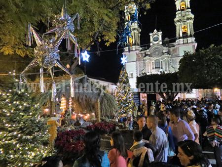 Iluminan con Árbol Navideño la plaza de Zamora