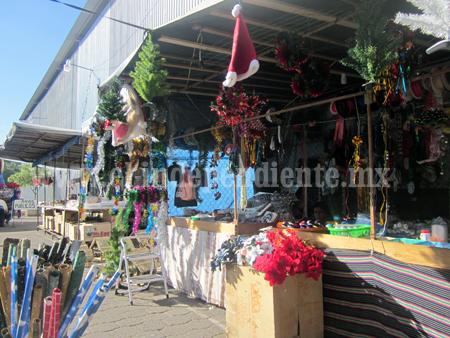 Inconformes, vendedores de artículos navideños en Jiquilpan