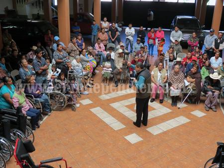 En Jacona llevan entregadas 133 sillas de ruedas a gente vulnerable