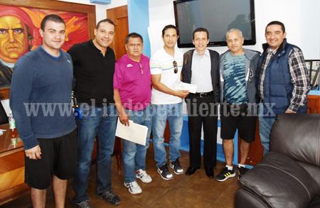 Entrega Toño Salas cheque para completar proyecto de ráquetbol