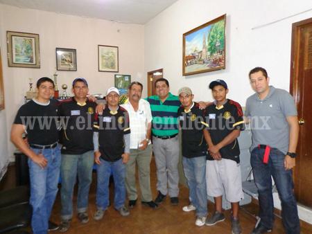 Entregaron uniformes a equipo de futbol del ayuntamiento