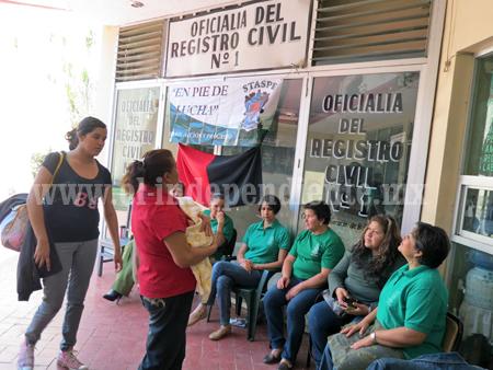 Crece el malestar por huelgas en oficinas estatales
