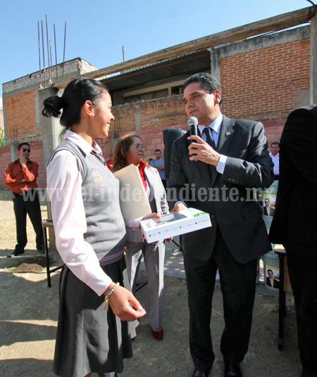 Continúa Silvano entrega de apoyos a estudiantes michoacanos