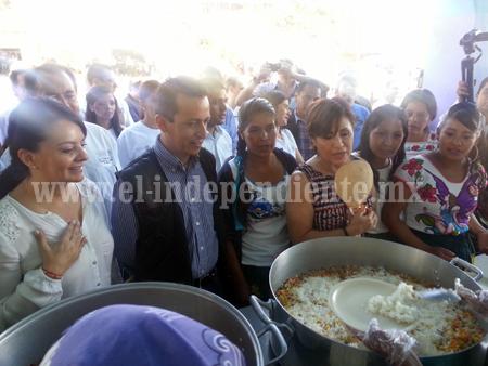 Alcalde Toño Salas y Rosario Robles visitaron Comedor Comunitario en Tzirío