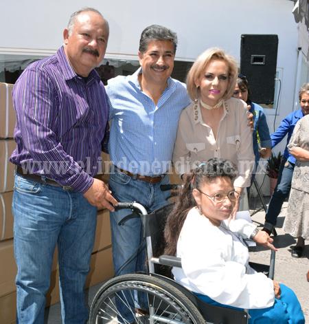 Lourdes Muñiz Ángel y  Salvador Romero entregan sillas de rueda