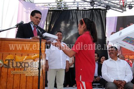Silvano cumple con impulsar la educación de los jóvenes en Michoacán