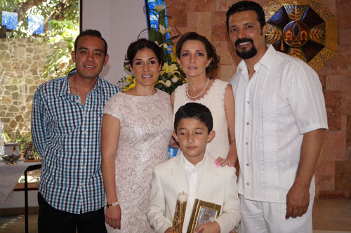 Carlos recibe la primera comunión