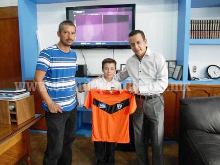 Entregó Toño Salas uniformes a equipo de futbol