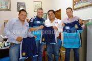 Entregan uniformes deportivos a San Rafael Atapan