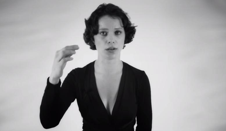 Mujer sorprende cantando dos notas a la vez