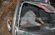 Auto se estrella contra camioneta estacionada, un fallecido y un herido