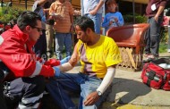 Veloz motociclista choca contra un automóvil