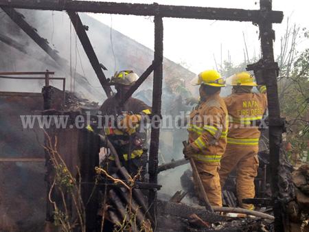 Voraz incendio arrasa con humilde vivienda