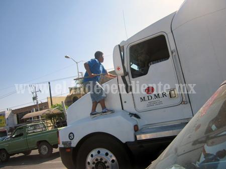 Niños michoacanos laboran en calles de Jalisco