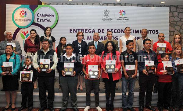 """Entregaron reconocimientos a alumnos y profesores por su labor en la campaña """"El color de los valores"""""""