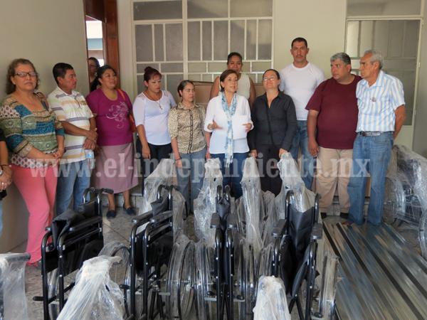 Kena Méndez entregó apoyos por el orden de los 2 millones de pesos