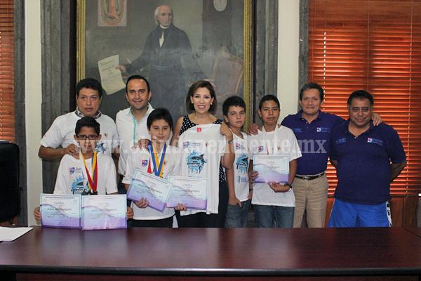 Alcaldesa recibió a niños promesas en la disciplina de natación