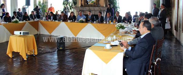 Revisa Silvano Aureoles temas legislativos