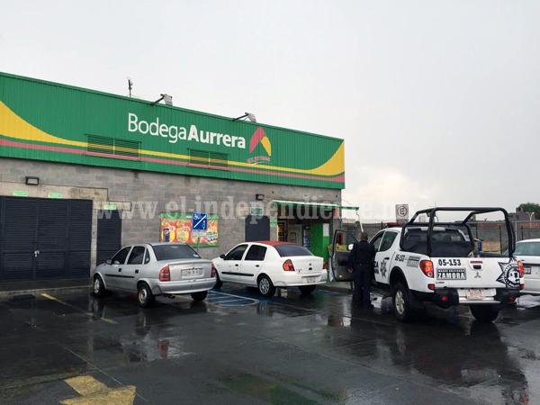 Con hacha en mano y encapuchado asalta Aurrera en Zamora