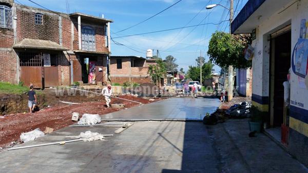 Los Reyes realiza pavimentación y drenaje en Guadalajarita