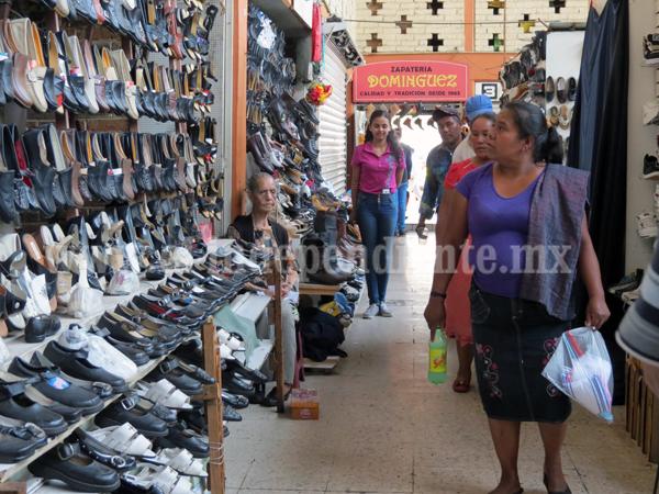 Maestros condicionan a alumnos a comprar calzado en tiendas caras