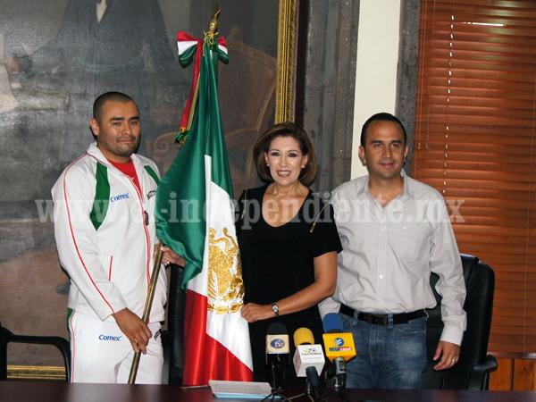 Alcaldesa abanderó a Ulises Tinoco Rodríguez, deportista zamorano