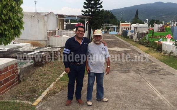 Visita Jorge Sandoval a empleados del panteón