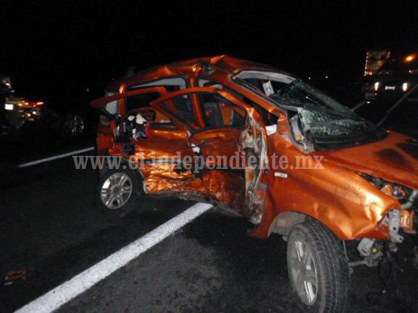 Choque de frente entre 2 autos  deja una muerta y 4 lesionados