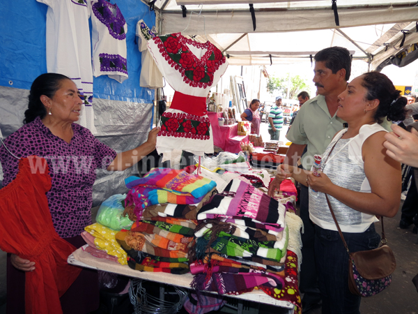 Lamentan artesanos les regateen los precios de sus productos
