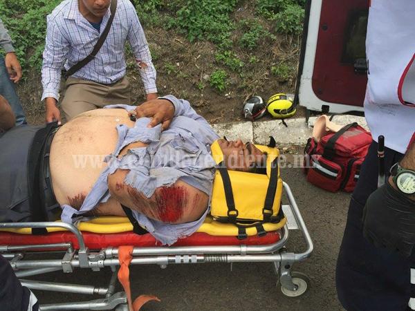 Empleado de Banco Azteca lesionado al derrapar su moto en Canindo