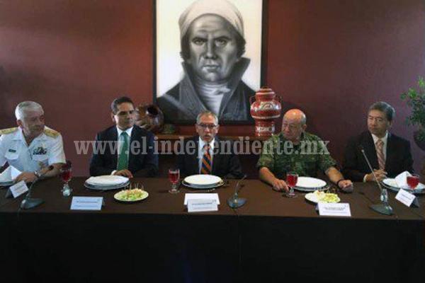 Se reúnen gobernadores de Michoacán con mandos militares y navales