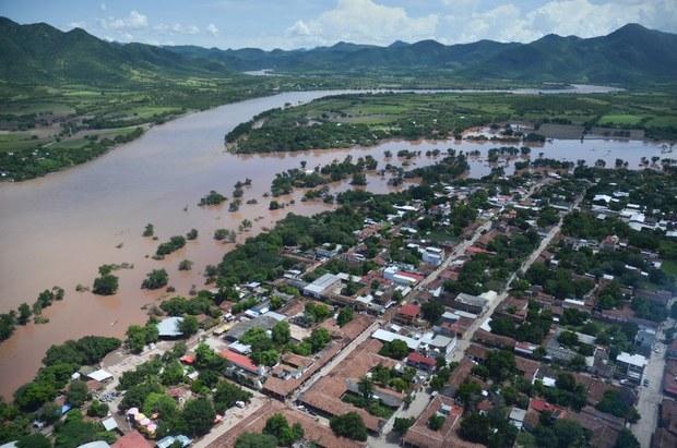 Cientos de habitantes de Arteaga, Michoacán, incomunicados