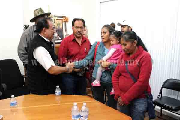 Presidente municipal muestra disposición para ayudar a la primaria Lázaro Cárdenas