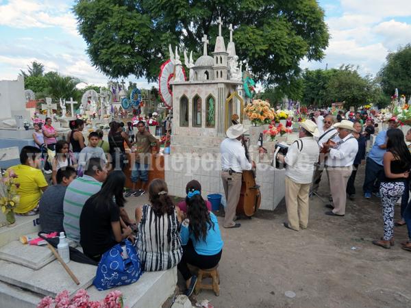 30 mil visitantes abarrotaron el panteón municipal