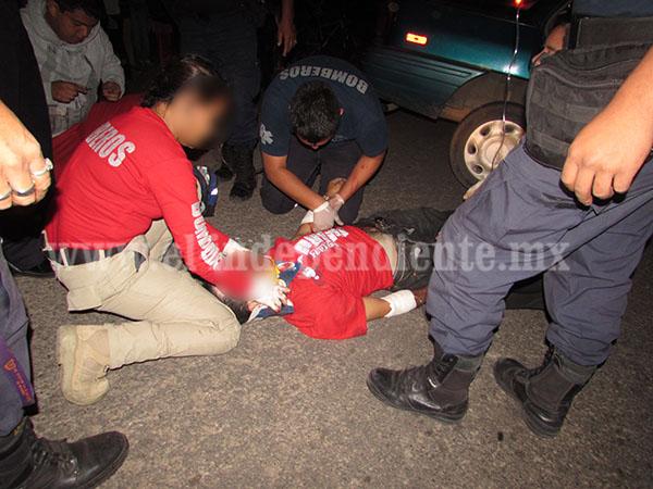Queda prensado al chocar su auto contra una camioneta de la CFE