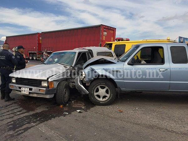 Choque entre dos camionetas deja como saldo dos heridos
