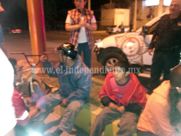 Padre e hijos lesionados en accidente vehicular