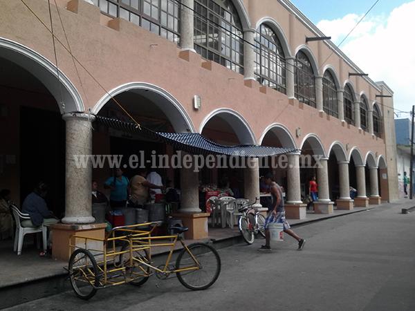 Lamentan locatarios bajas ventas y elevado costo de rentas del mercado municipal