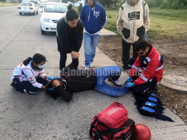 Motociclista herido al ser impactado por un taxi que se dio a la fuga