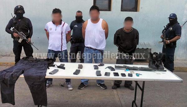 Detienen a 3 hombres con un AR-15
