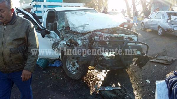 Tres heridos deja carambola de seis vehículos