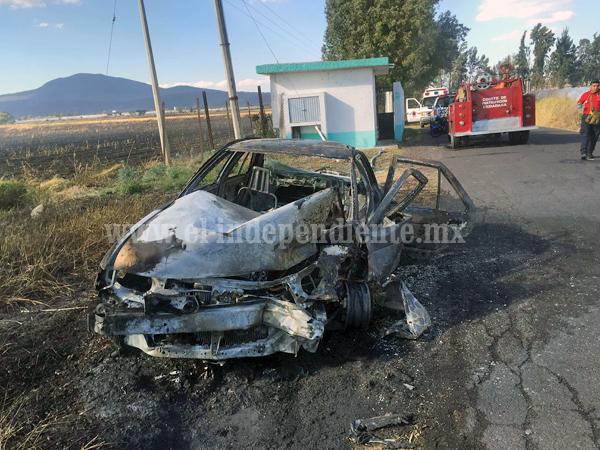 4 lesionados y un auto calcinado deja choque