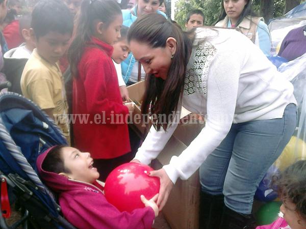 Diputada Noemí Ramírez repartió mil 700 juguetes, 400 cobijas y aguinaldos