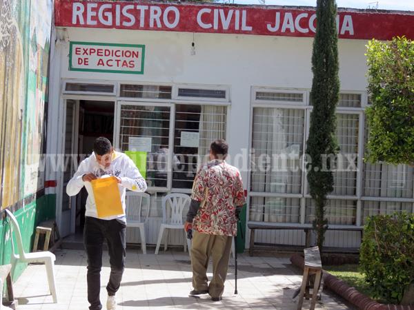 """""""Coyotes"""" aprovechan ineficiencia en Registro Civil de Jacona para encarecer actas"""