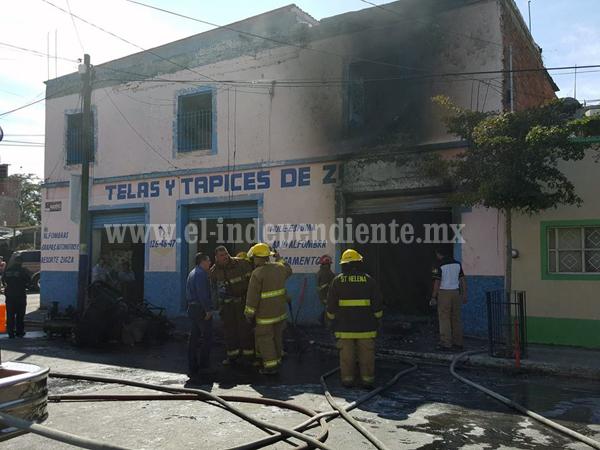 Arde bodega de tapicería en Zamora