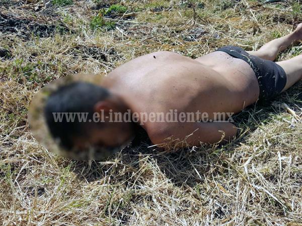 Encuentran cadáver semi desnudo de un hombre en una parcela